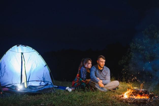 山での夜のキャンプ