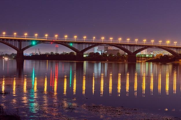 Освещение моста ночного города