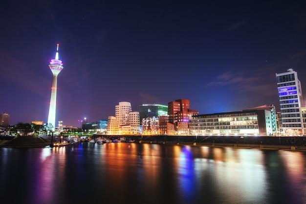 Ночной городской пейзаж дюсильдорф. медиа-гавань. германия.