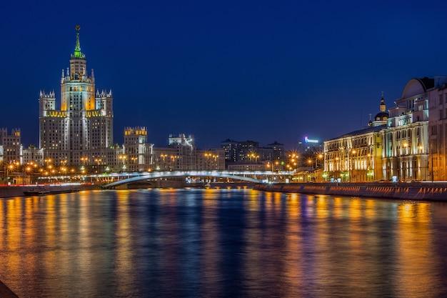 Ночной город. огни. москва. мегаполис.