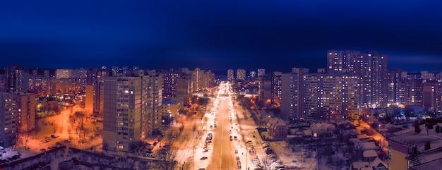 밤 도시 이웃. 드론보기. 다채로운 조명이 거리와 건물을 비 춥니 다. 멋진 도시의 밤 풍경.