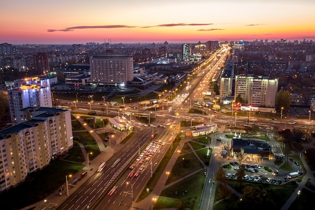 Ночной город сфотографирован с воздуха.