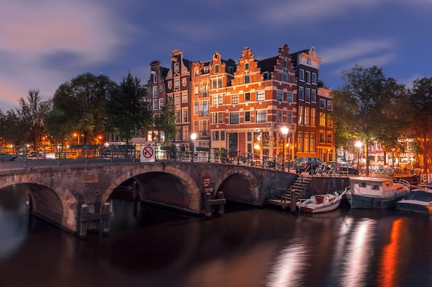 アムステルダムの運河と橋の街の夜景