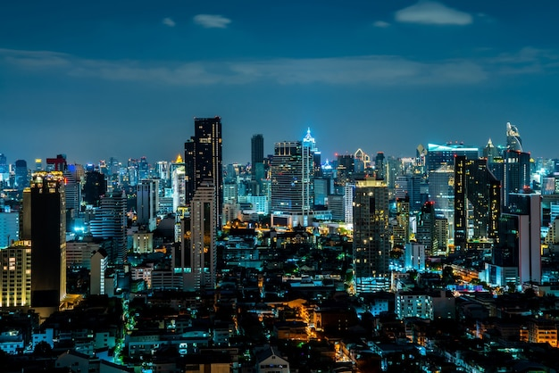 メトロポリス市内中心部の夜の街並みと高層ビル