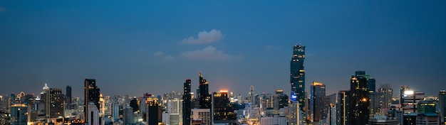 대도시 도심의 밤 풍경과 고층 건물