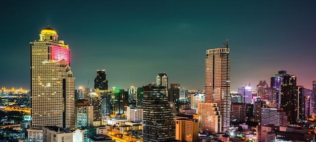 Ночной городской пейзаж и высотные здания в центре мегаполиса