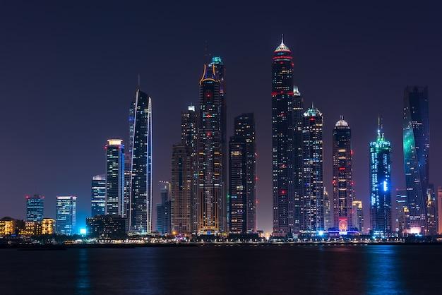 Ночной городской пейзаж города дубай, объединенные арабские эмираты