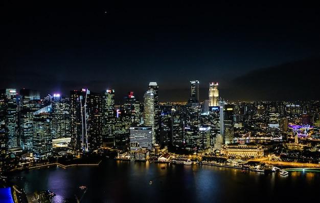 싱가포르의 밤 풍경. 밤에 고층 빌딩. 밤에 도시의 비즈니스 부분입니다.