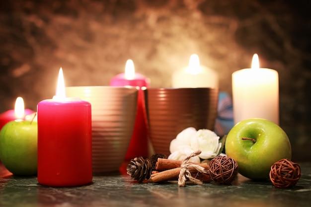 キャンドルとリンゴとお茶の夜のカップ