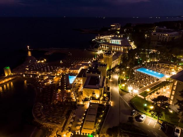 ブルガリアのホテルの夜の夜のドローンビュー、上からの空撮