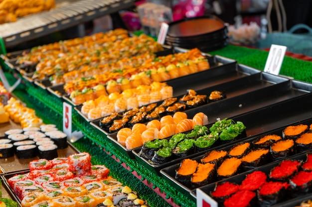 アジアのナイトフードマーケット。屋外の寿司カウンター。