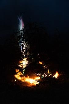 夜の森の風景夏の夜の焚き火で火花が飛び交う焚き火