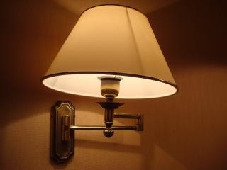 夜のホテルのランプ