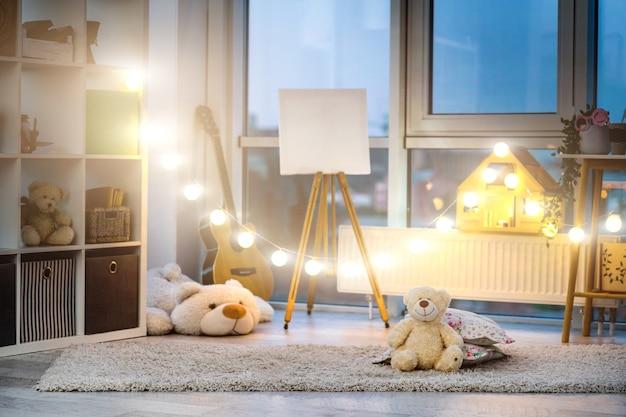 空の子供部屋のインテリアの夜の照明