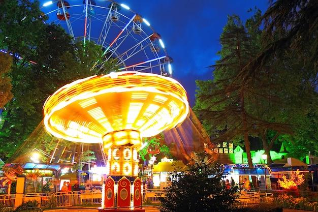 2014년 러시아 올림픽의 수도인 소치 시 공원 리비에라의 야간 조명.