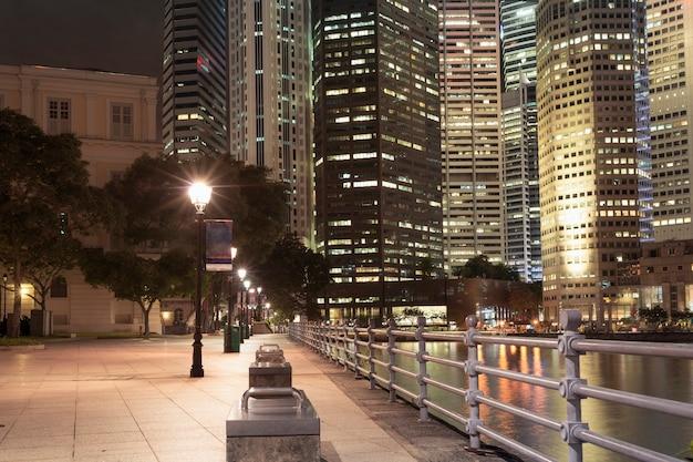 Ночное освещение на набережной реки в центре сингапура