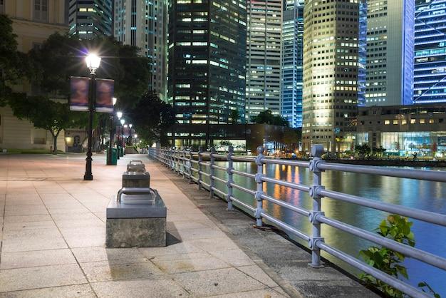 シンガポールのダウンタウンの川の堤防の夜間照明