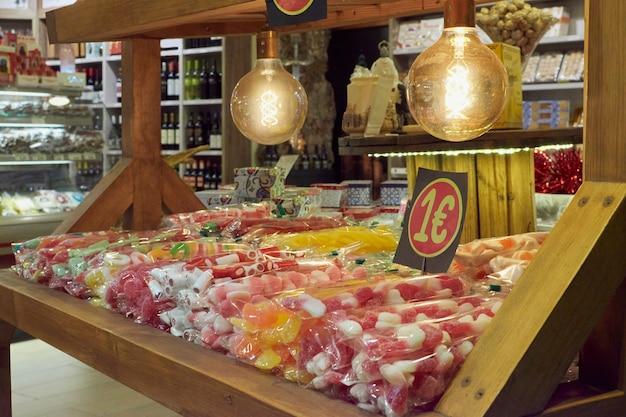 Ночное изображение прилавка с конфетами на рождество в толедо, испания