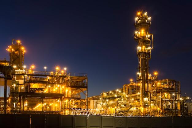 현대 화학 공장에서 유체 촉매 분해 장치 fcc가 있는 야간 산업 풍경