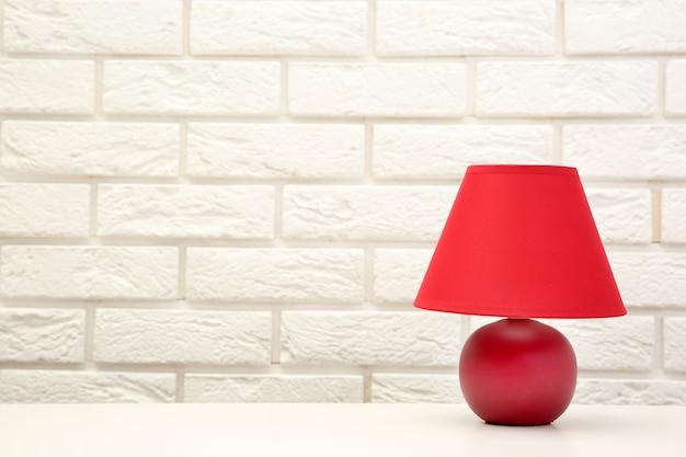 レンガの壁の背景に机の上の常夜灯