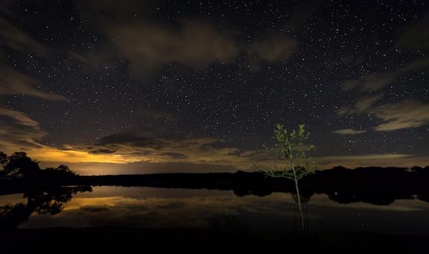 Santibanez 엘 bajo 근처 밤 풍경입니다.