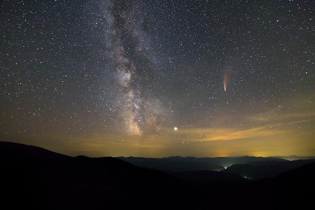 Ночной пейзаж гор со звездным небом