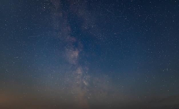 별이 빛나는 하늘과 은하수 배경의 밤 풍경