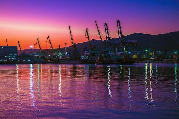 Ночной пейзаж морского порта