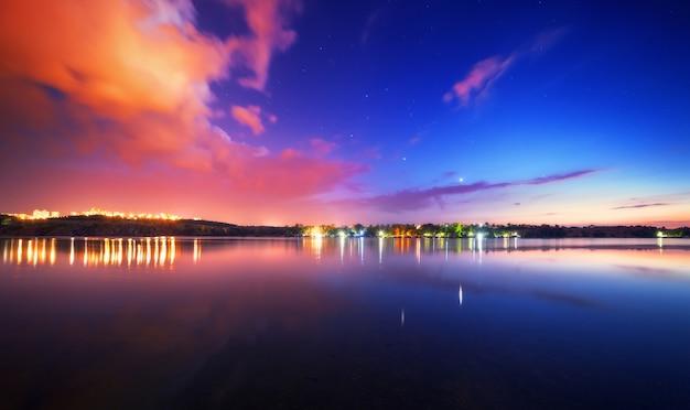 青い空と雲と湖の夜の風景