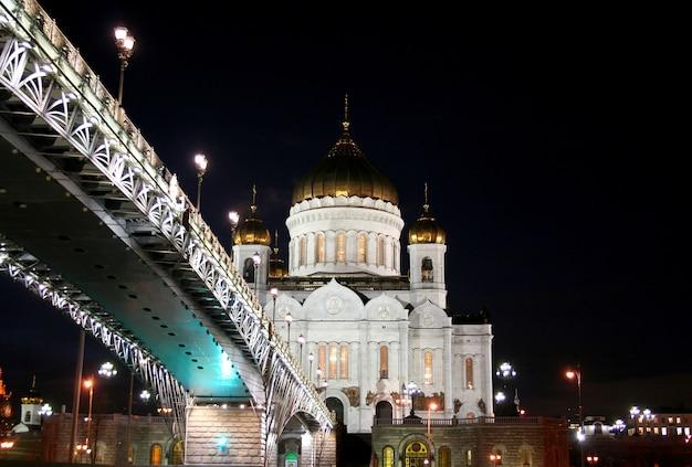 夜の風景モスクワ市のモスクワ川と救世主キリスト大聖堂を通る橋