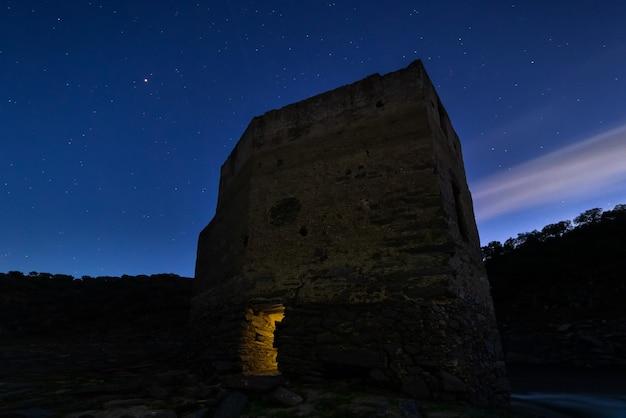 古代の構造を持つ夜の風景。