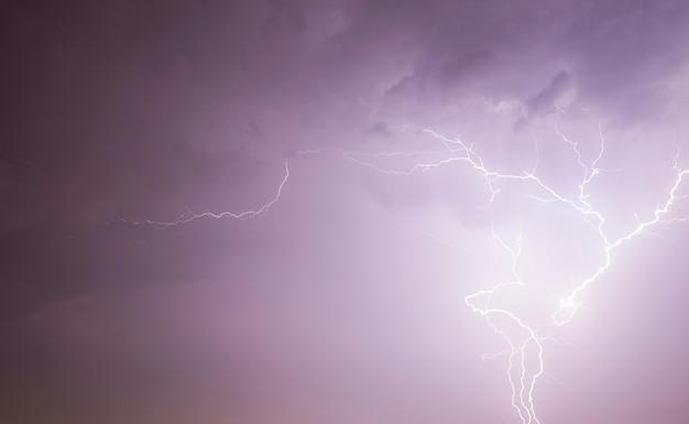 뇌우, 실제 바람과 비가 오는 날씨 동안 번개 방전으로 조명 된 검은 하늘이있는 밤 풍경
