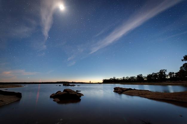 バルデサロルの沼地に月のある夜の風景。エストレマドゥーラ。スペイン。