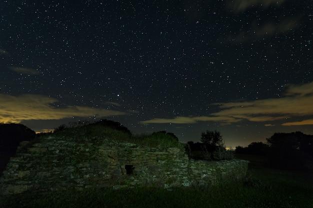 Montehermoso 근처 오래 된 구조와 밤 풍경입니다.