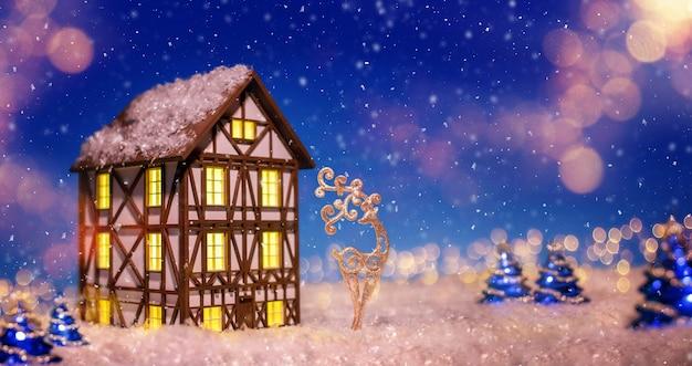 クリスマスツリーの装飾の中で半木造の家の形をした常夜灯