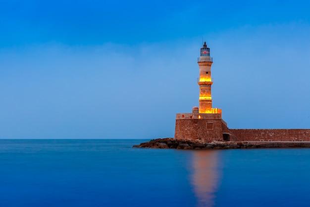 Ночной маяк в старой гавани, ханья, крит