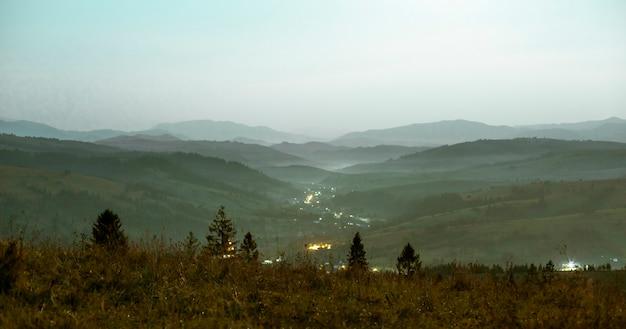 夜の山の風景の明るい色調の視点