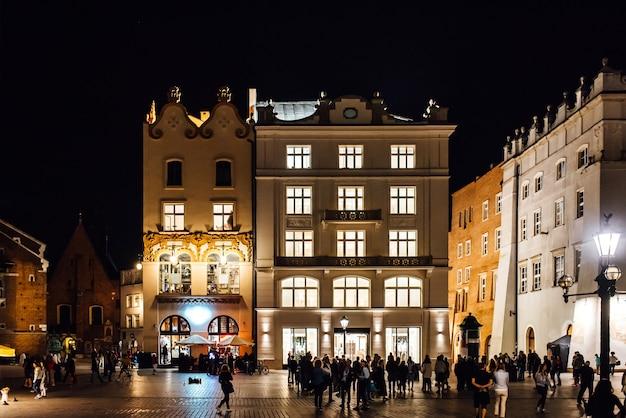 街灯の明かりでクラクフの夜の古い商業エリア。古いヨーロッパ。