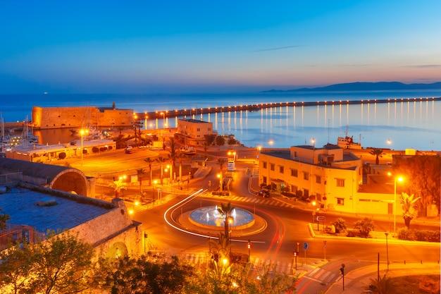 イラクリオン、クレタ島、ギリシャの夜の古い港