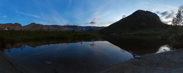 Ночная панорама с гор хибин, отражение неба в озере малый вудъявр. кольский полуостров, россия.