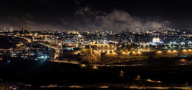Ночной панорамный вид на город иерусалим