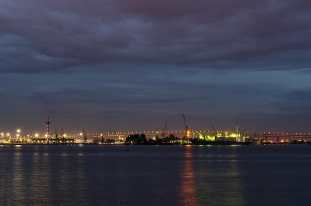 Ночное фото морского порта сухогруз в порту.