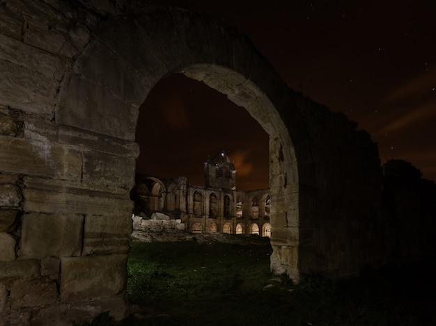 산타 마리아 데 리오 세코 수도원 유적에서 밤 사진,