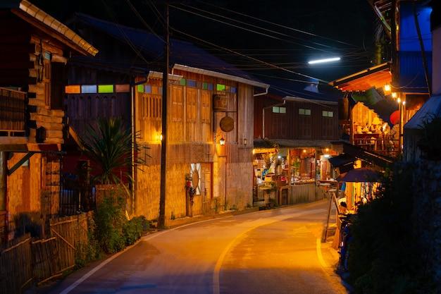 Ночная дорога в деревне бан мае кампонг в чиангмае, таиланд