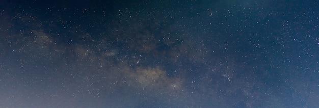 Ночная сцена млечный путь панорама фон