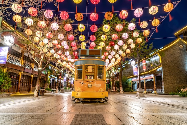 Ночная сцена улицы дунчанху в ляочэн, провинция шаньдун