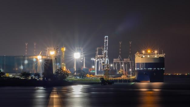 Ночная сцена сняла морской порт и заводскую территорию