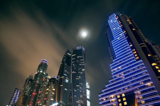 Ночная сцена с городскими огнями из высотных зданий
