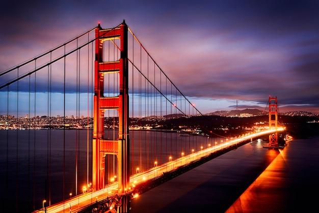 ゴールデンゲートブリッジとサンフランシスコのライトのある夜景
