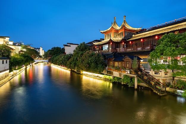 Ночной пейзаж храма конфуция в нанкине, китай